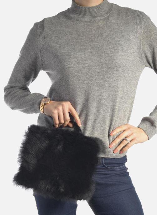 Handtaschen Vivienne Westwood NEW ELA Crossbody schwarz ansicht von unten / tasche getragen