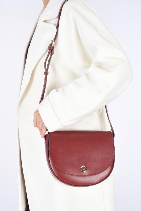 Handtaschen Sabrina Valentine weinrot ansicht von unten / tasche getragen