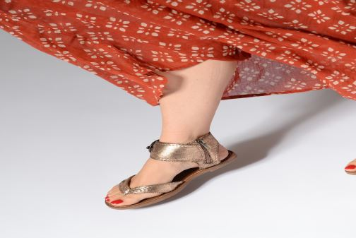 Sandales et nu-pieds Les P'tites Bombes Thalie Jaune vue bas / vue portée sac
