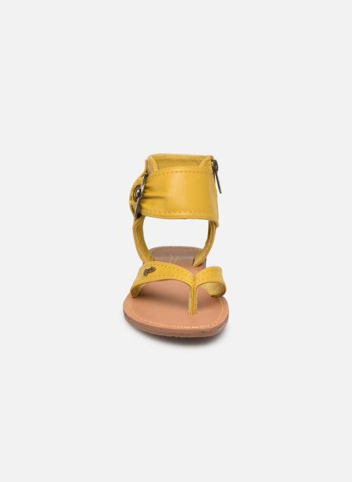 Sandales et nu-pieds Les P'tites Bombes Thalie Jaune vue portées chaussures