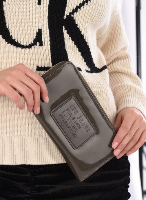 Portemonnaies & Clutches Les P'tites Bombes Compagnon Verni braun ansicht von unten / tasche getragen