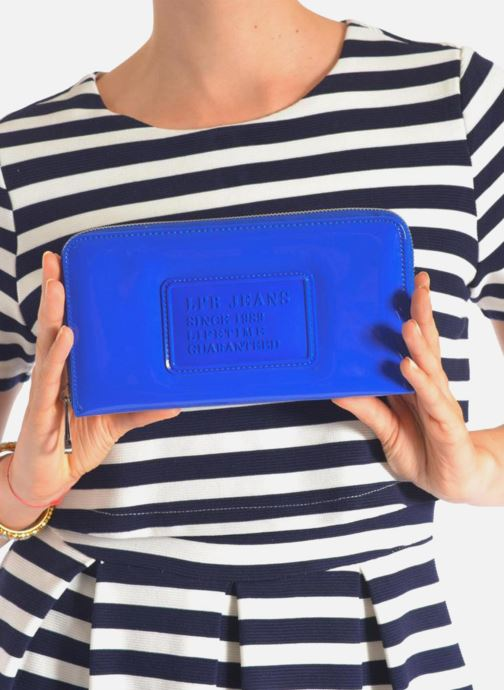 Wallets & cases Les P'tites Bombes Compagnon Verni Blue view from underneath / model view