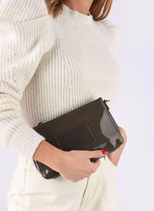 Mini Bags Les P'tites Bombes Pochette Verni braun ansicht von unten / tasche getragen