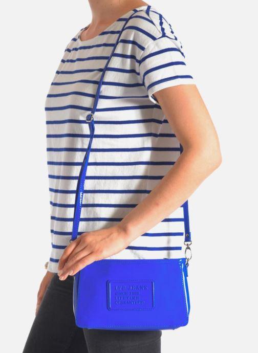 Mini Bags Les P'tites Bombes Pochette Verni blau ansicht von unten / tasche getragen