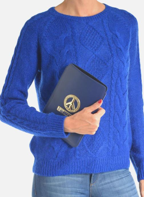 Petite Maroquinerie Love Moschino Ipad clutch Bleu vue bas / vue portée sac