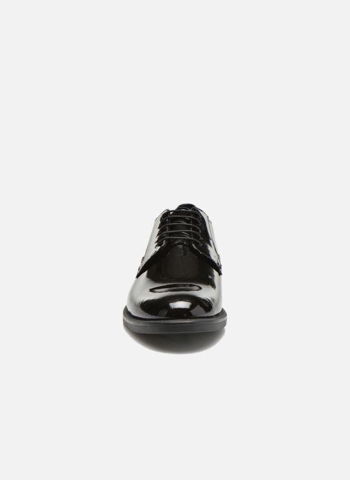 Scarpe con lacci Vagabond Shoemakers AMINA 4203-260 Nero modello indossato