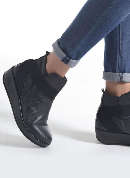 Bottines et boots Fly London Beta660 Noir vue bas / vue portée sac