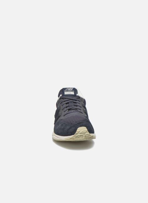 Sneakers New Balance WRT96 Azzurro modello indossato