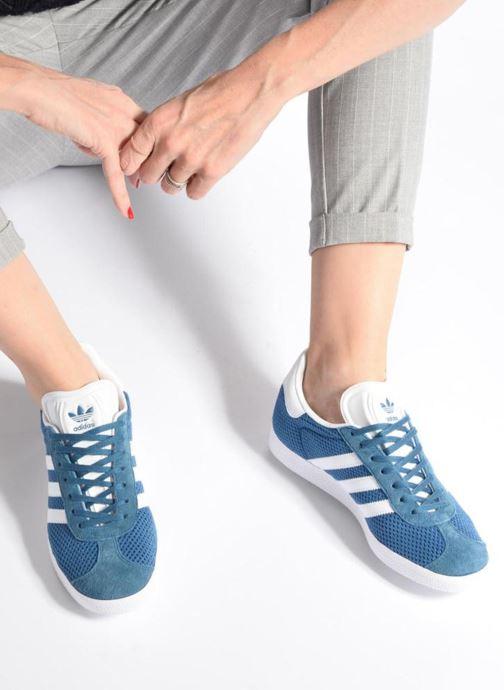 Baskets adidas originals Gazelle W Bleu vue bas / vue portée sac