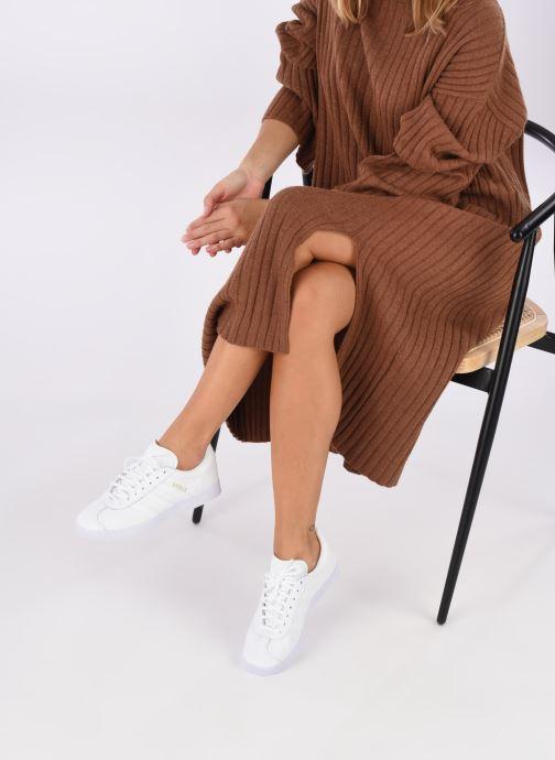 Sneaker adidas originals Gazelle W weiß ansicht von unten / tasche getragen
