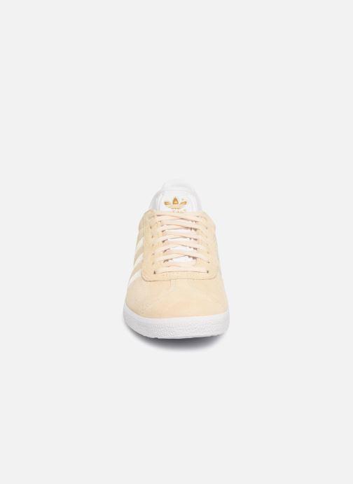 Baskets adidas originals Gazelle W Beige vue portées chaussures
