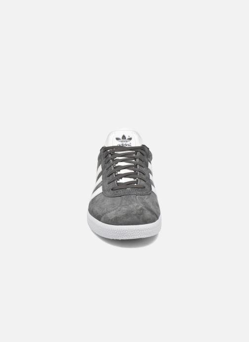 Sneakers adidas originals Gazelle Grigio modello indossato