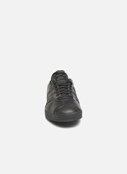 Sneakers adidas originals Gazelle Nero modello indossato
