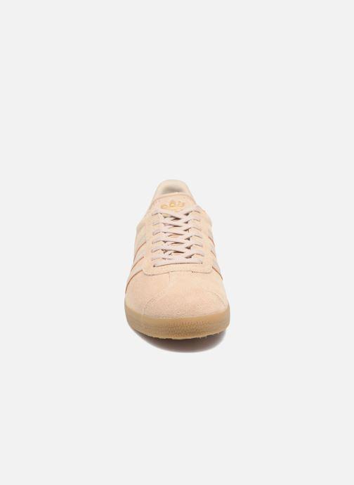 Sneakers Adidas Originals Gazelle Beige modello indossato