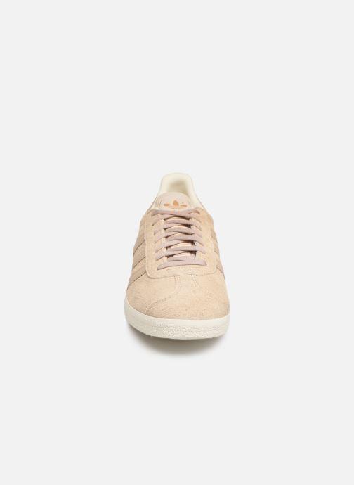Baskets adidas originals Gazelle Beige vue portées chaussures
