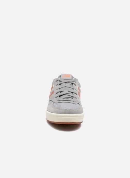 Sneakers New Balance WRT300 Grigio modello indossato