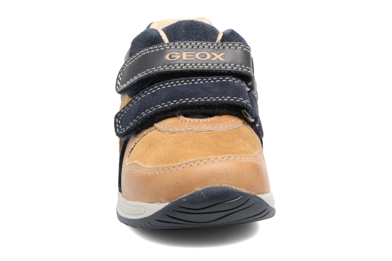Sneakers Geox B Rishon B. A B640RA Marrone modello indossato