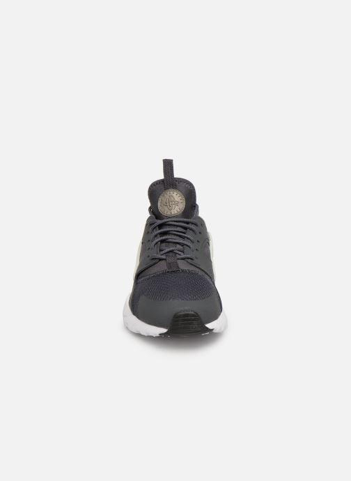 Baskets Nike Nike Air Huarache Run Ultra Gs Gris vue portées chaussures