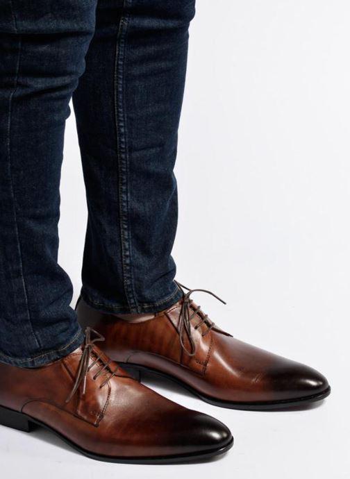 Schnürschuhe Marvin&Co Needham braun ansicht von unten / tasche getragen