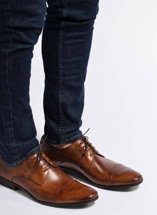Schnürschuhe Marvin&Co Newhaven braun ansicht von unten / tasche getragen