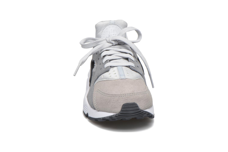 Sneakers Nike Wmns Air Huarache Run Prm Grå bild av skorna på