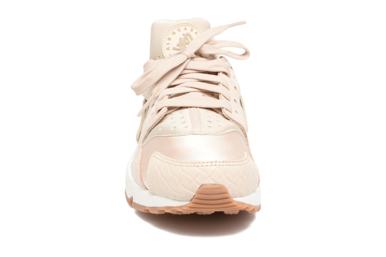 Sneakers Nike Wmns Air Huarache Run Prm Beige bild av skorna på