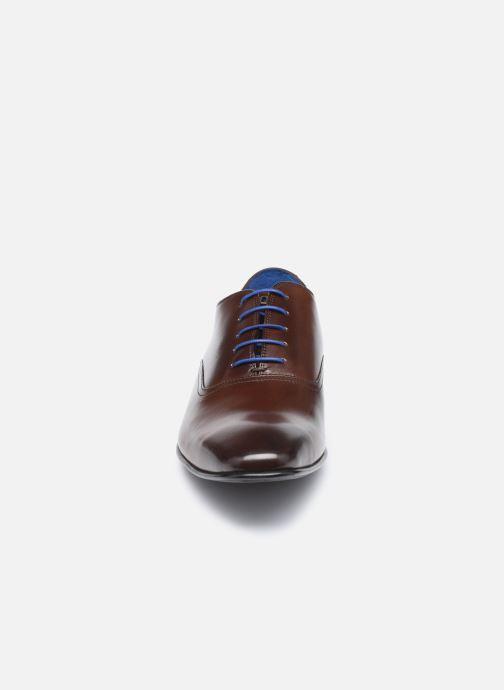 Scarpe con lacci Azzaro Nobodar Marrone modello indossato
