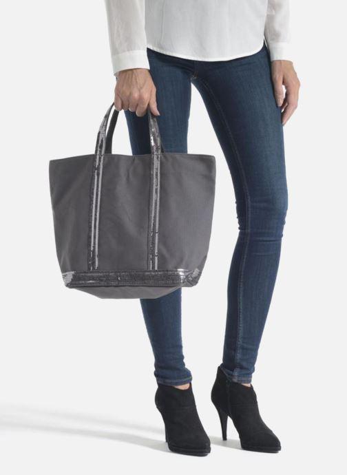Handtaschen Vanessa Bruno Cabas  M grau ansicht von unten / tasche getragen
