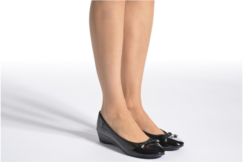 Ballerinas Isotoner Ballerine vernis talon 3 cm schwarz ansicht von unten / tasche getragen