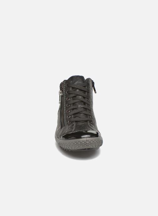 Sneakers Rieker Gilb M6143 Nero modello indossato