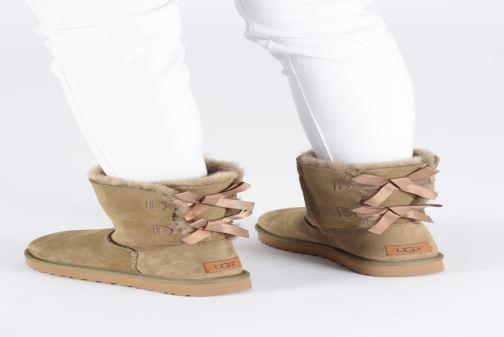 Bottines et boots UGG W Bailey Bow II Marron vue bas / vue portée sac