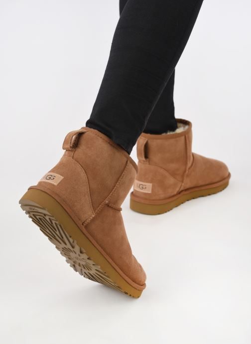 Stiefeletten & Boots UGG W Classic Mini II braun ansicht von unten / tasche getragen