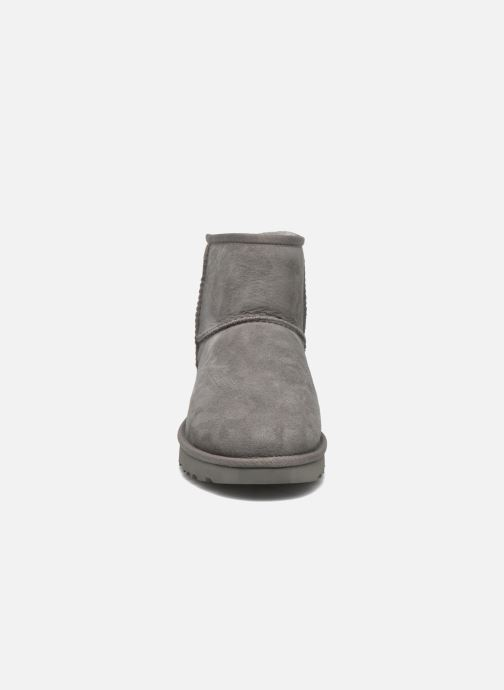 Bottines et boots UGG W Classic Mini II Gris vue portées chaussures