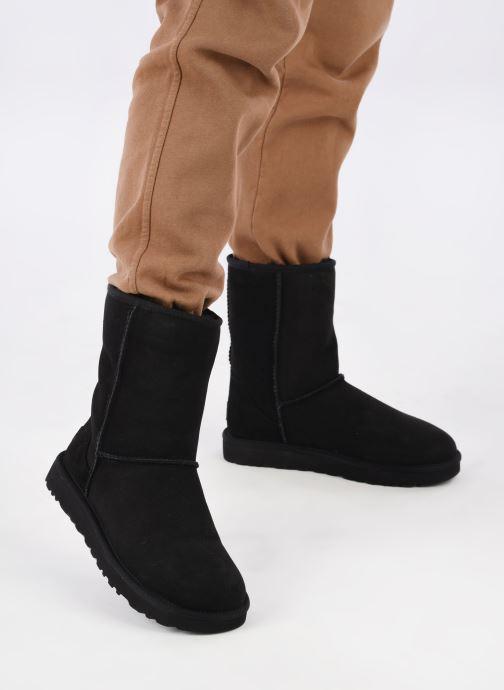 Stiefeletten & Boots UGG W Classic Short II schwarz ansicht von unten / tasche getragen