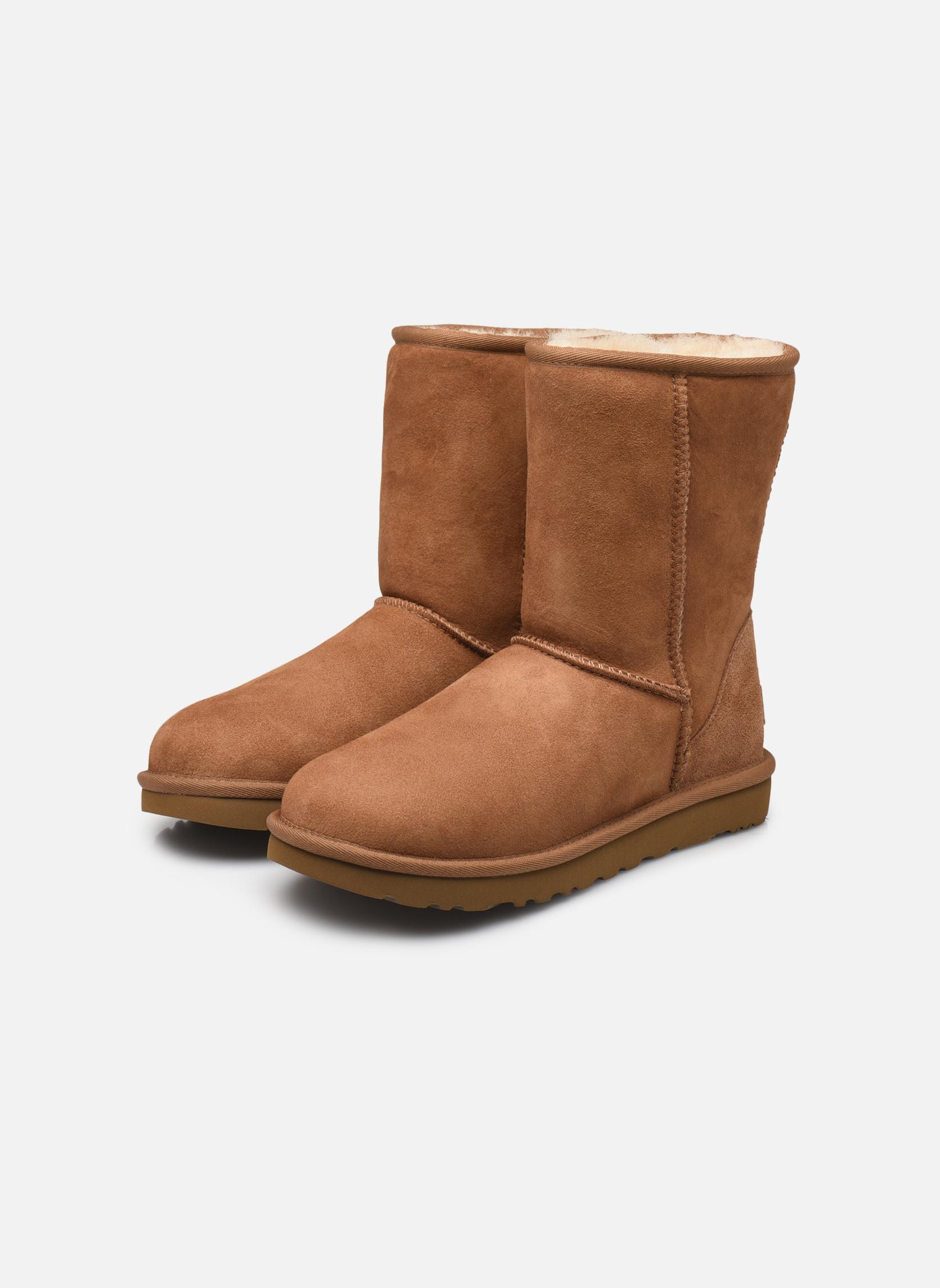 Bottines et boots UGG W Classic Short II Marron vue bas / vue portée sac