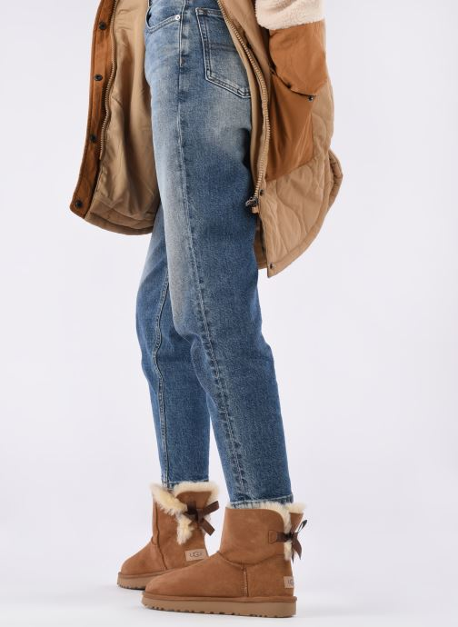 Bottines et boots UGG W Mini Bailey Bow II Marron vue bas / vue portée sac