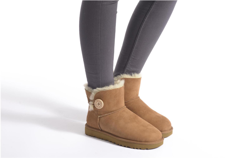 Bottines et boots UGG W Mini Bailey Button II Marron vue bas / vue portée sac
