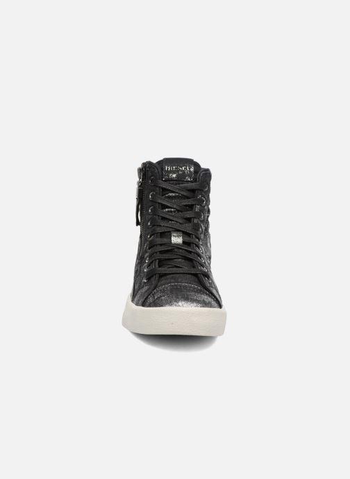 Sneakers Diesel D-String Plus W Argento modello indossato