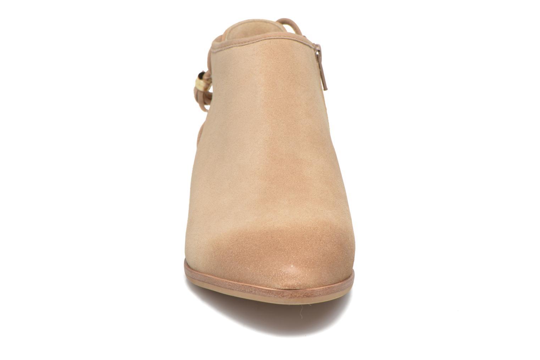 Botines  Michael Michael Kors Jennings Flat Bootie Beige vista del modelo