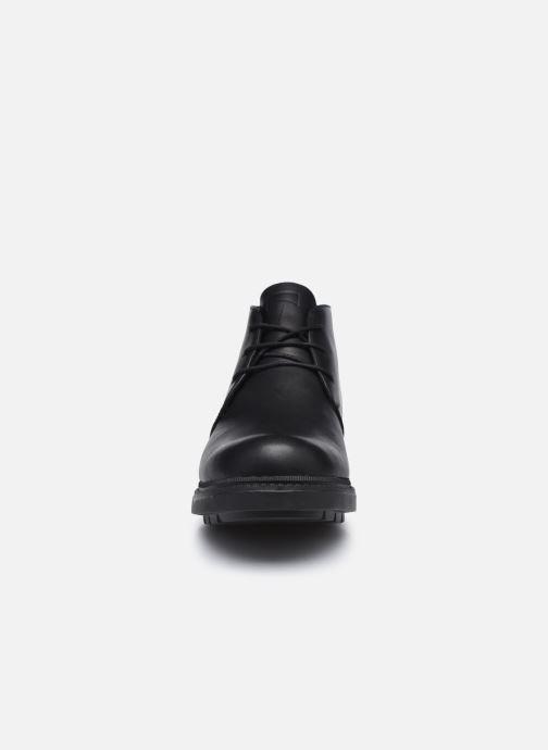 Scarpe con lacci Camper Hardwood K300027 Nero modello indossato