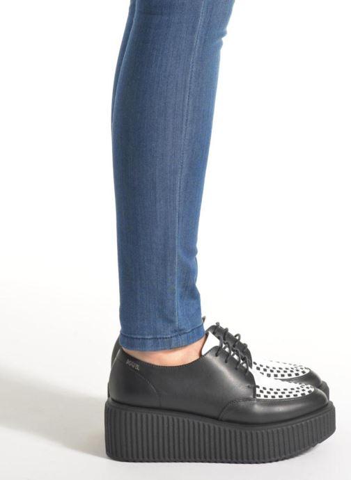 Chaussures à lacets Karl Lagerfeld Sneaker Low Top Choupette Noir vue bas / vue portée sac