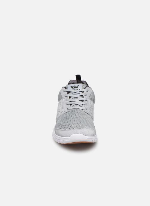 Baskets Supra Scissor w Gris vue portées chaussures