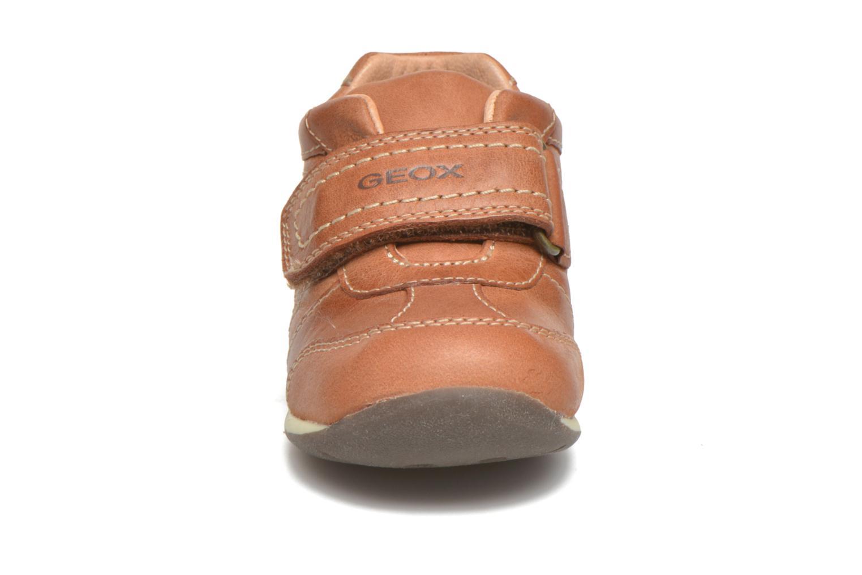 Chaussures à scratch Geox B Each Boy B540BD Marron vue portées chaussures