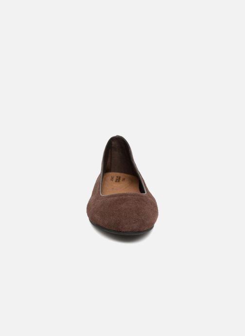 Ballerines Crocs Crocs Lina Suede Flat Marron vue portées chaussures