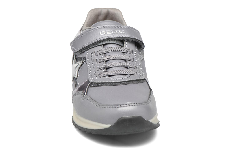 Sneakers Geox J Maisie Girl J5403C Grigio modello indossato