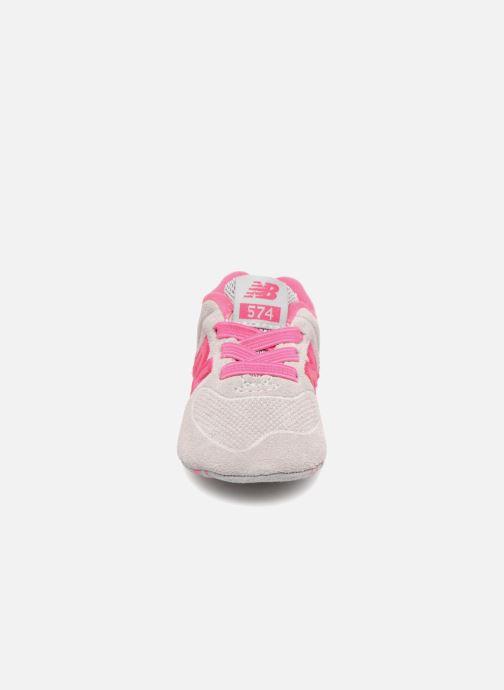 Baskets New Balance KL574 M Rose vue portées chaussures