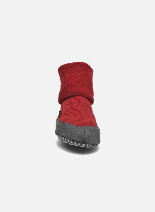 Chaussettes et collants Falke Chaussons-chaussettes Cosyshoes Rouge vue portées chaussures