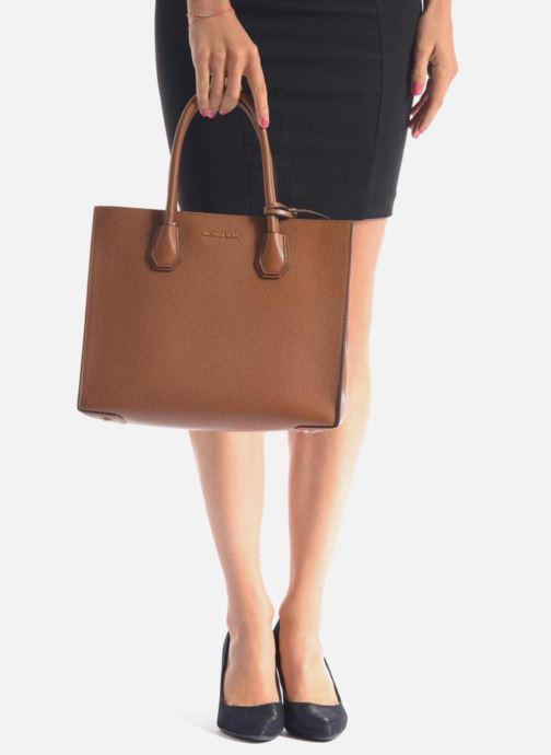 7c6aa7abf3b64 Handtaschen Michael Michael Kors MERCER LG Convertible Satchel schwarz  ansicht von unten   tasche getragen
