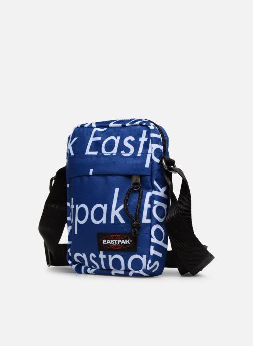 Sacs homme Eastpak THE ONE Pochette crossover Bleu vue portées chaussures