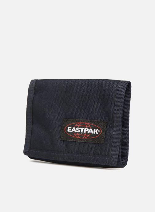 Petite Maroquinerie Eastpak CREW Portefeuille toile Bleu vue portées chaussures